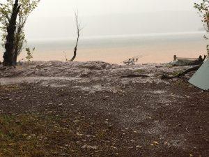 Nach dem plötzlichen Wetterumschwung drohte das Camp weg zu schwimmen.